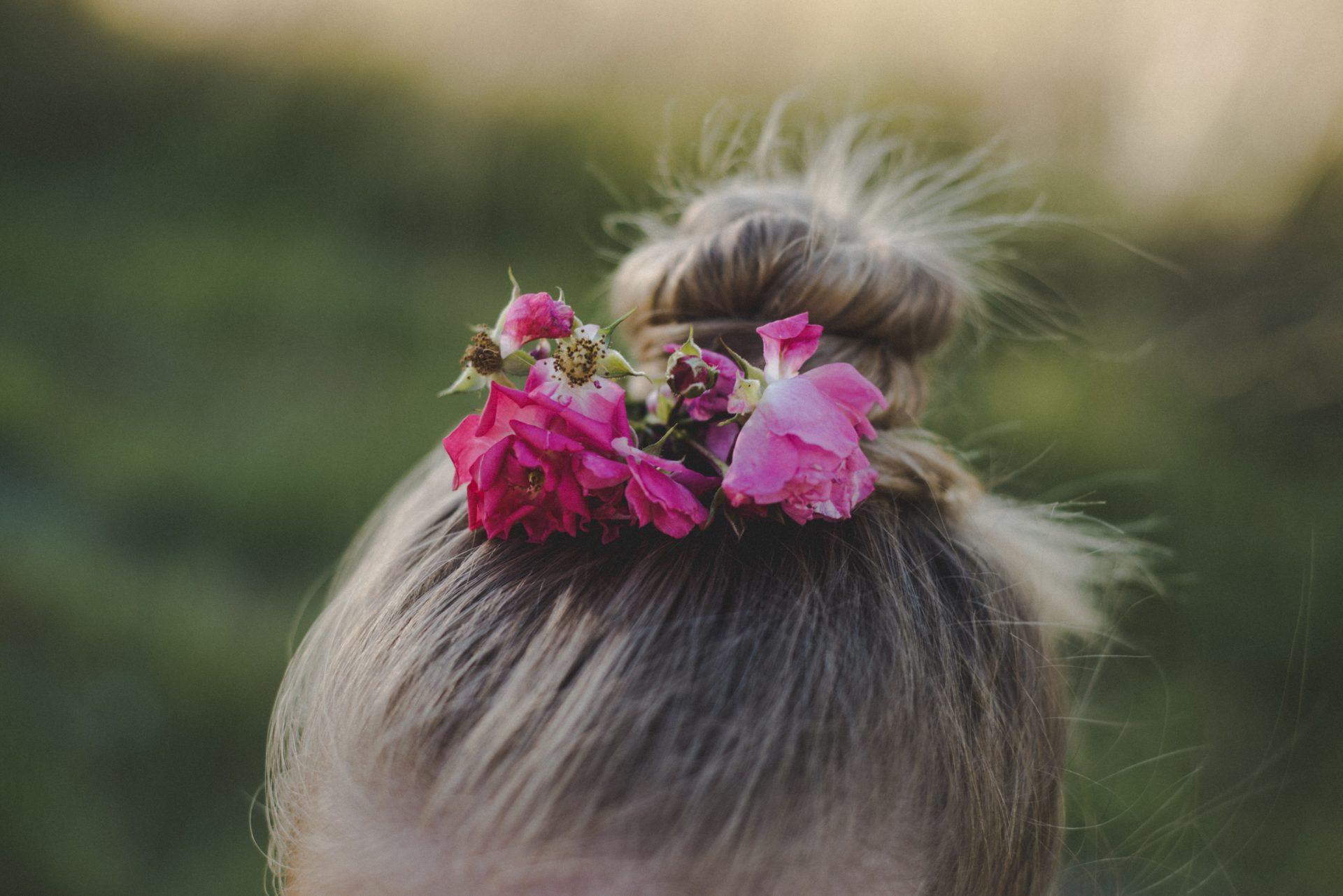 Dutt Frisur mit Blumen in den Haaren