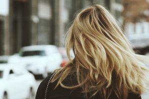 Glatte Haare wehen im Wind