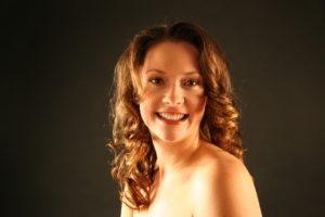 Haare locken: Frau im Porträt