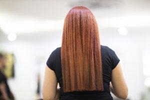 Mädchen mit glatten Haaren