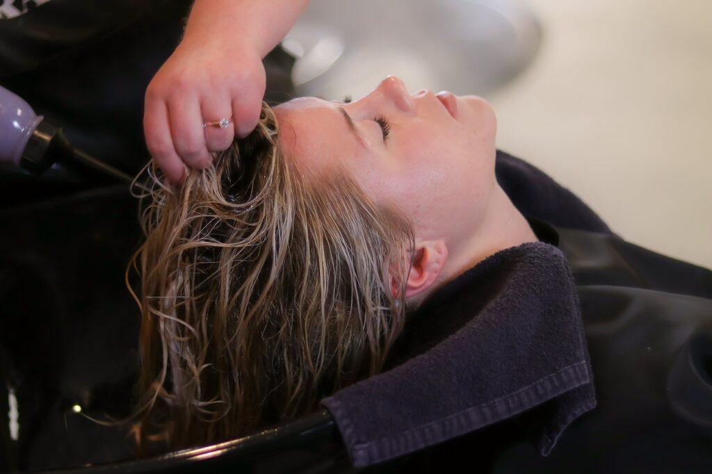 Anwendung von Keraphlex im Haar